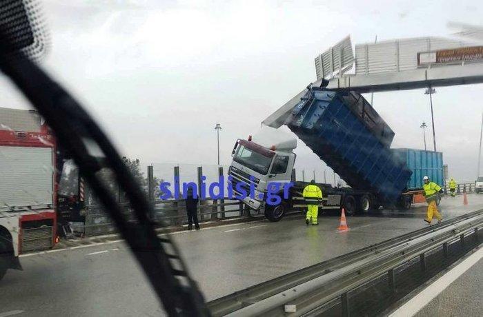 Γέφυρα Ρίου – Αντιρρίου: Ο αέρας πήρε και σήκωσε καρότσα νταλίκας! - εικόνα 3
