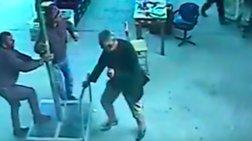 Τουρκία: Ανεμοι σηκώνουν στα 4 μέτρα άνδρα με ομπρέλα