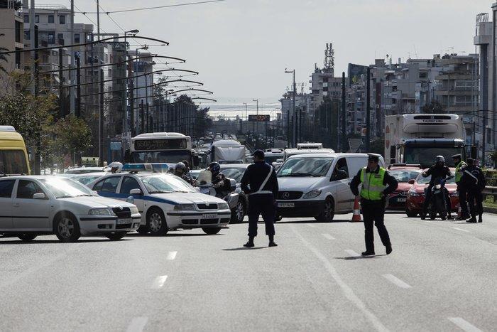 Εκτροπή οχημάτων στην άνοδο της Συγγρού λόγω αστάθειας πινακίδας