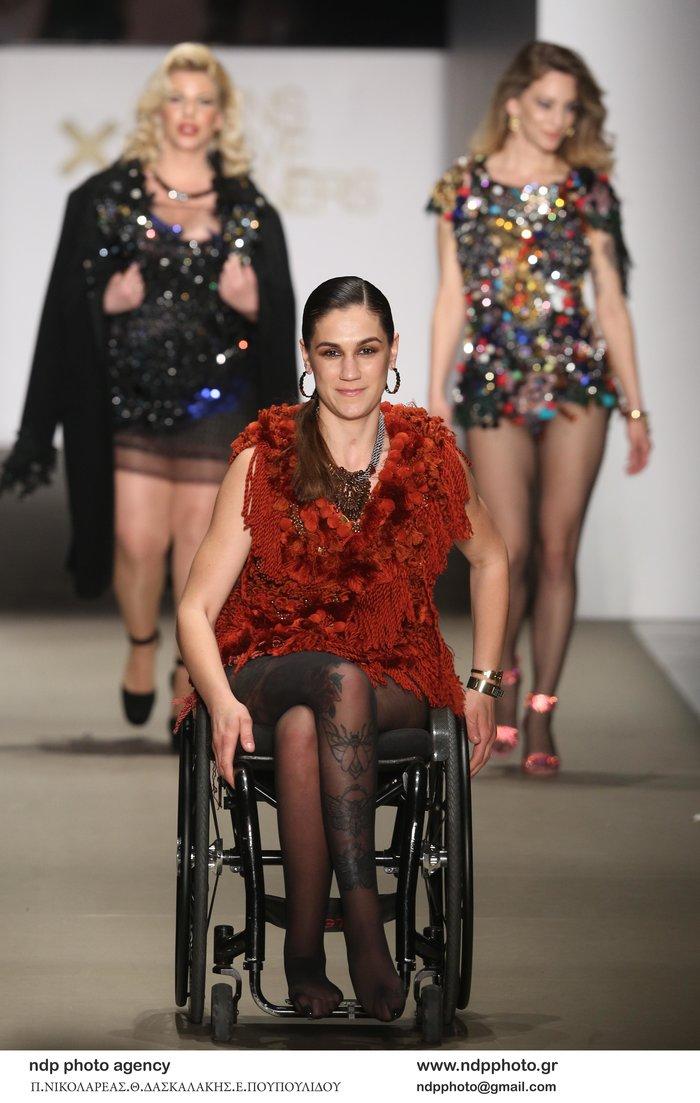 Δύο σπουδαίοι άνθρωποι στην πασαρέλα με το αναπηρικό τους αμαξίδιο