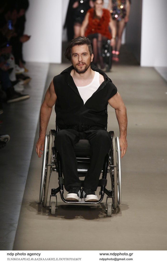 Δύο σπουδαίοι άνθρωποι στην πασαρέλα με το αναπηρικό τους αμαξίδιο - εικόνα 2