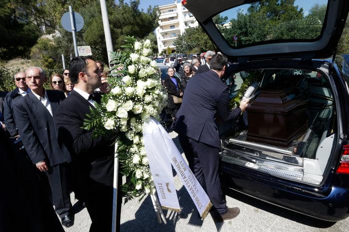 """Πλήθος κόσμου στο τελευταίο """"αντίο"""" στον Αντώνη Βγόντζα"""