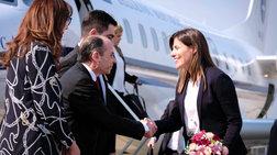 Με κοστούμι και λευκό πουκάμισο η Μπέτυ Μπαζιάνα στα Σκόπια