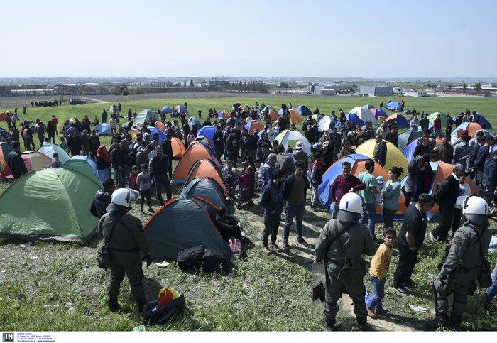 Μετανάστες κατασκήνωσαν στα Διαβατά-Θέλουν να πάνε στην Ειδομένη