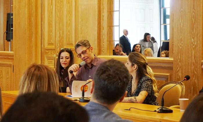 Ο Αιμίλιος Χειλάκης διαβάζει αποσπάσματα του βιβλίου. Αριστερά, η Αθηνά Μαξίμου, δεξιά του η Εριέττα Κουρκουλου- Λάτση.