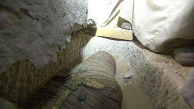 i-sugklonistiki-stigmi-pou-anoigei-mia-sarkofagos-stin-aigupto