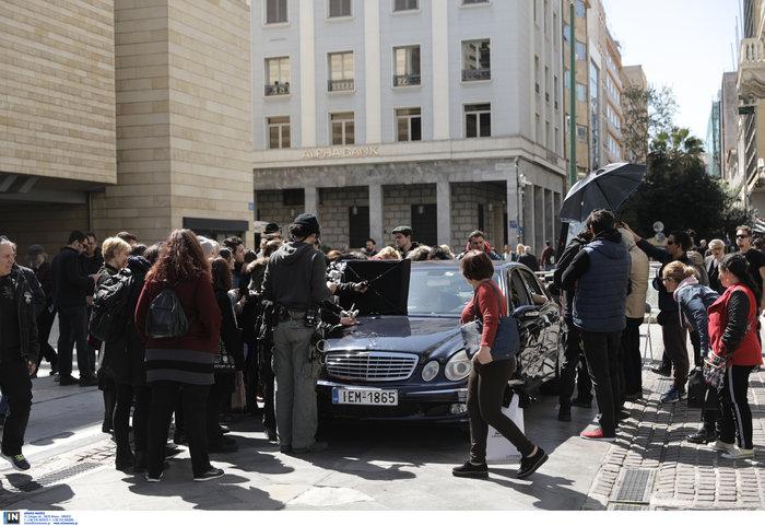 Εικόνες από τα γυρίσματα της ταινίας του Κώστα Γαβρά στο κέντρο Αθήνας - εικόνα 2