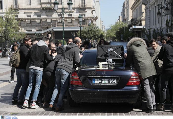 Εικόνες από τα γυρίσματα της ταινίας του Κώστα Γαβρά στο κέντρο Αθήνας - εικόνα 4