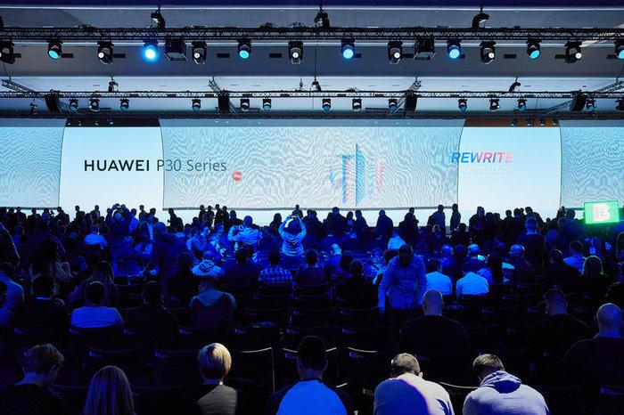 Η Huawei έχει πετύχει το απόλυτο «δύο σε ένα» -κινητό και φωτογραφική μηχανή-, μέσα από τη συνεργασία της με την Leica, τη θρυλική Γερμανική εταιρία φωτογραφικών μηχανών και φακών λήψεως.