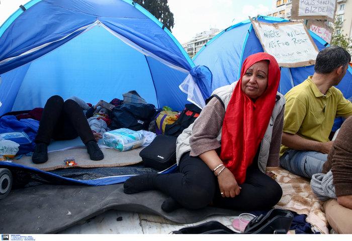 Αρνούνται να φύγουν οι μετανάστες που κατασκήνωσαν στο Σύνταγμα