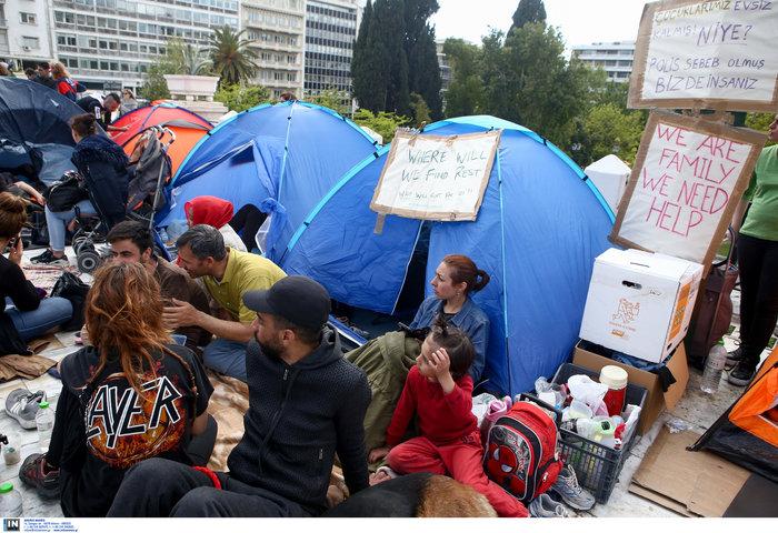 Αρνούνται να φύγουν οι μετανάστες που κατασκήνωσαν στο Σύνταγμα - εικόνα 2