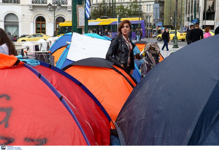Αρνούνται να φύγουν οι μετανάστες που κατασκήνωσαν στο Σύνταγμα - εικόνα 3
