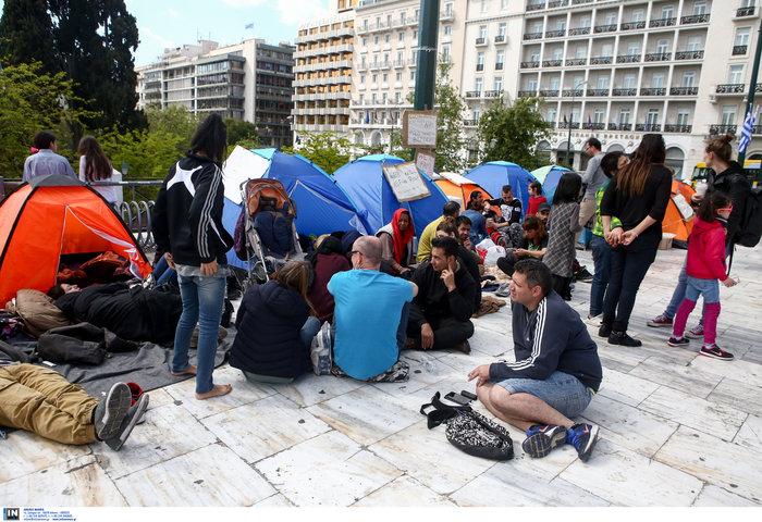 Αρνούνται να φύγουν οι μετανάστες που κατασκήνωσαν στο Σύνταγμα - εικόνα 4