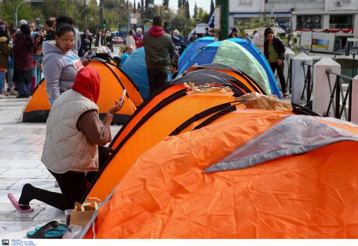 Αρνούνται να φύγουν οι μετανάστες που κατασκήνωσαν στο Σύνταγμα - εικόνα 8