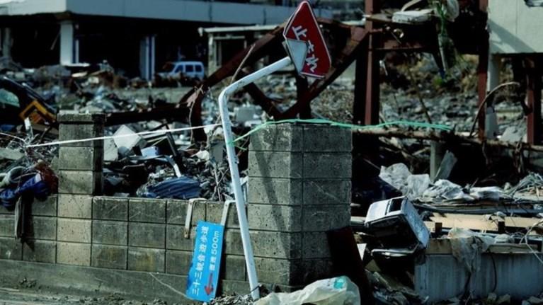 seismos-stis-filippines-pente-nekroi-apo-katarreusi-ktiriwn