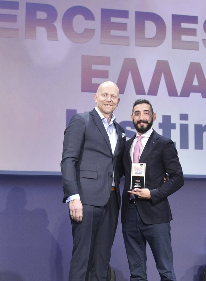 """Ο Π. Ριτσώνης, Marketing & Communication Senior Manager (δεξιά) παραλαμβάνει το βραβείο Bronze για τη digital καμπάνια επικοινωνίας """"It's time""""."""