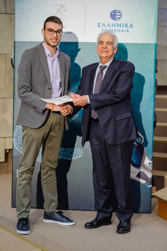 Απονομή βραβείου από τον Πρόεδρο και Διεύθυνοντα Σύμβουλο της ΕΛΠΕ κ. Ευστάθιο Τσοτσορό