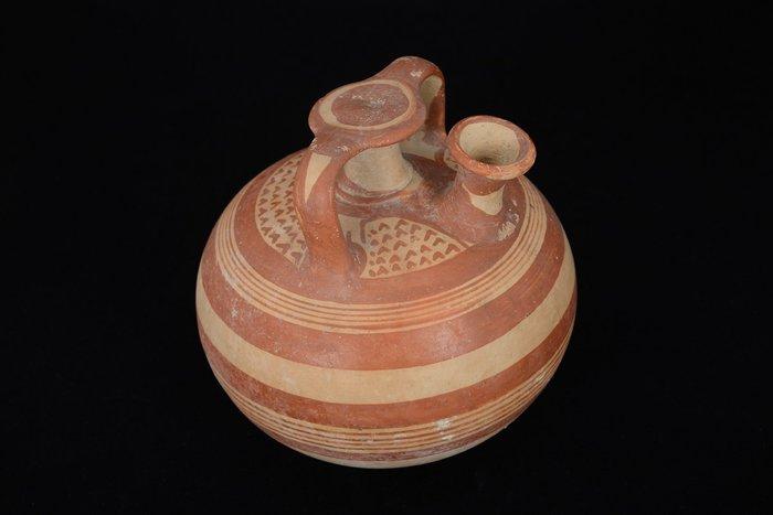 Ψευδόστομος αμφορέας (Π 3898), το κατεξοχήν αγγείο αποθήκευσης και μεταφοράς αρωματικού ελαίου κατά τη μυκηναϊκή περίοδο. Από το Μαρκόπουλο Αττικής (13ος αι. π.Χ.).