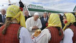 Ψωμί και αλάτι στον Πάπα στο αεροδρόμιο της Βόρειας Μακεδονίας [Εικόνες]