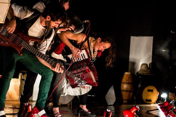 La μπάντα de la nada με ακροβατικά στο θέατρο Ροές - εικόνα 3