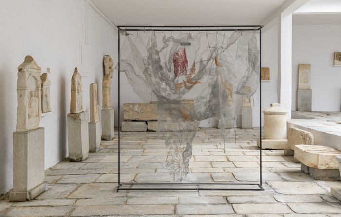 Μαρία ΛοϊζίδουPelage, 2018Επιφάνεια από ανοξείδωτο ατσάλι πλεγμένο στο χέρι, κρεμασμένη από μεταλλική κατασκευή180 x 160 x 40 εκ.Ευγενική παραχώρηση της καλλιτέχνιδος και της Kalfayan Galleries, Αθήνα-Θεσσαλονίκη