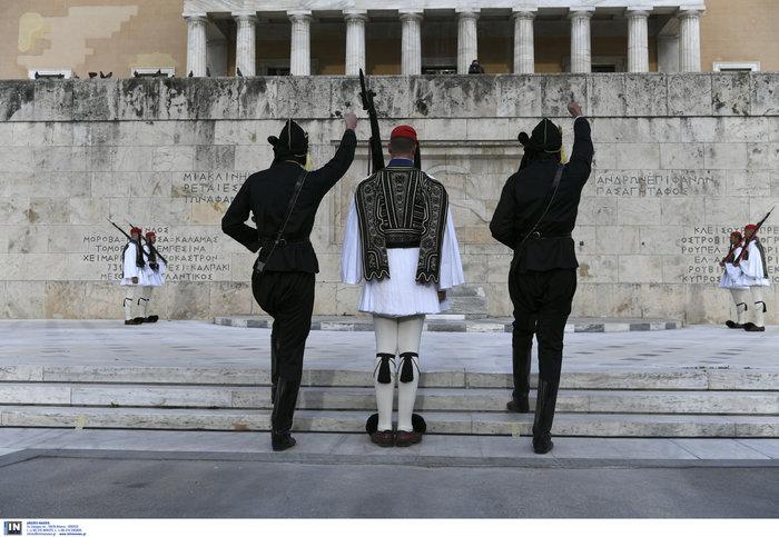Συγκίνηση στο Σύνταγμα: Με Πόντιους Εύζωνες η αλλαγή της Προεδρικής Φρουράς