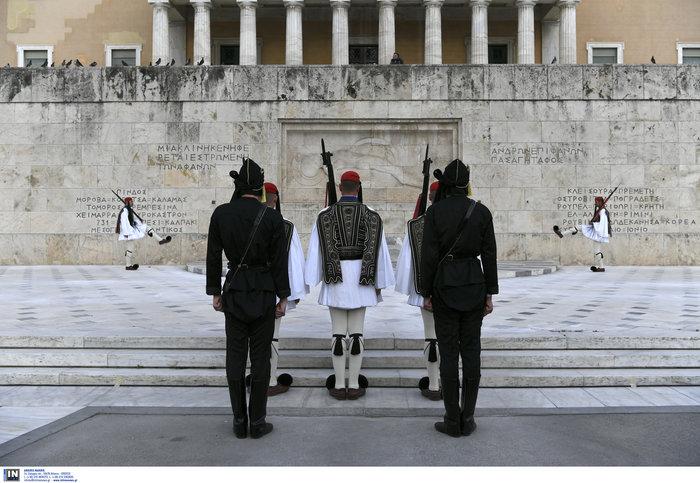 Συγκίνηση στο Σύνταγμα: Με Πόντιους Εύζωνες η αλλαγή της Προεδρικής Φρουράς - εικόνα 2