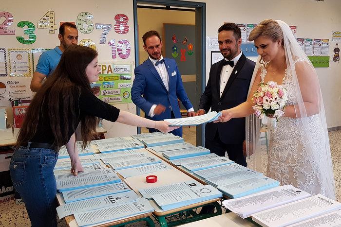 Ζευγάρι παντρεύτηκε και πήγε να ψηφίσει αμέσως μετά τον γάμο - εικόνα 2