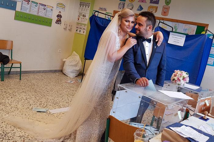 Ζευγάρι παντρεύτηκε και πήγε να ψηφίσει αμέσως μετά τον γάμο