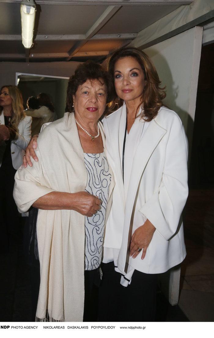 Άντζελα Γκερέκου: Φωτογραφίζεται με τη μητέρα και τον ολόιδιο αδελφό της