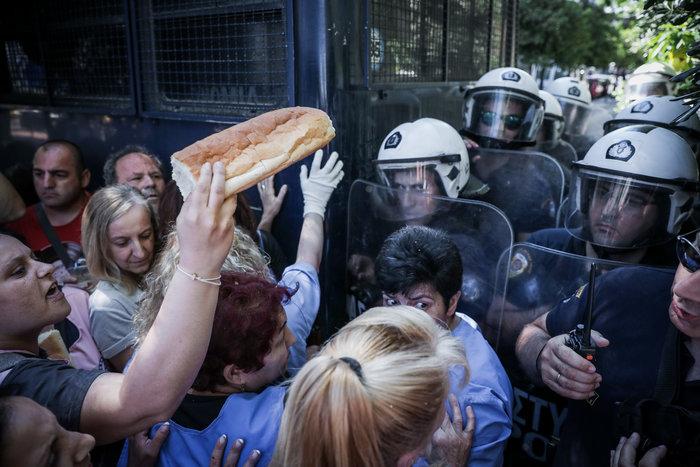 Ένταση στο Μαξίμου μεταξύ ΠΟΕΔΗΝ και αστυνομίας [φωτό] - εικόνα 3
