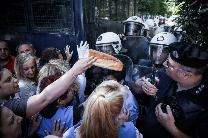 Ένταση στο Μαξίμου μεταξύ ΠΟΕΔΗΝ και αστυνομίας [φωτό] - εικόνα 4