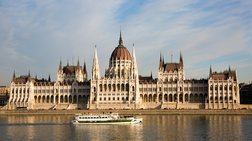 Ουγγαρία: Ανετράπη ποταμόπλοιο στον Δούναβη με δεκάδες επιβάτες