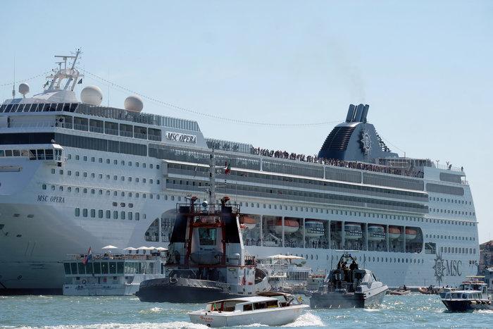 Bενετία: Κρουαζιερόπλοιο συγκρούστηκε με πλοιάριο
