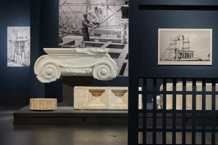 Έκθεση φωτογραφίας, «Σμίλη και μνήμη: Η συμβολή της μαρμαροτεχνίας στην αναστήλωση των μνημείων της Ακρόπολης» © Μουσείο Ακρόπολης. Φωτογραφία: Γιώργος Βιτσαρόπουλος