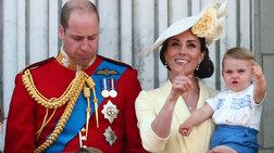 Ο Λούις στο μπαλκόνι: Η τρυφερή λεπτομέρεια στα ρούχα του μικρού πρίγκιπα