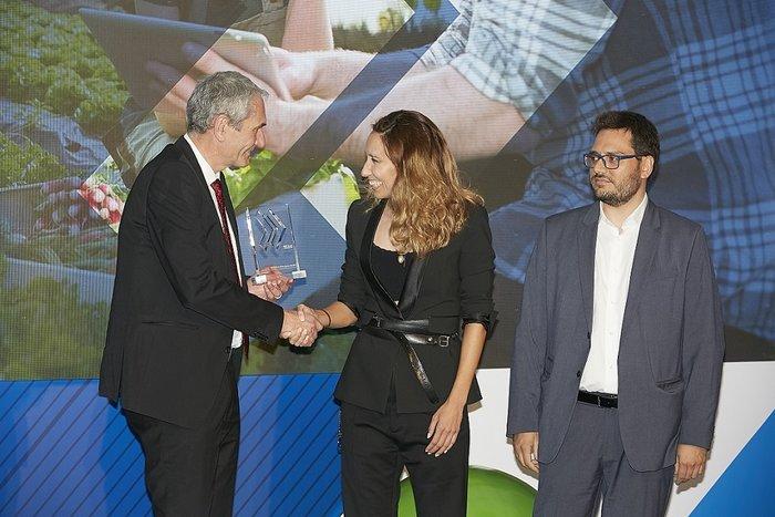 Ο Εκτελεστικός Πρόεδρος του ΟΠΑΠ, Καμίλ Ζίγκλερ, βραβεύει την Ελευθερία Ζούρου, CEO της Doctoranytime