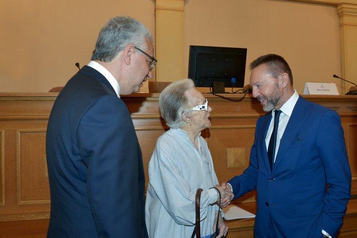 Η κυρία Μιράντα Πεσμαζόγλου εν μέσω των κ.κ. Γιάννη Στουρνάρα και Παναγιώτη Παναγάκη στην  παρουσίαση του αρχείου Ιωάννη Πεσμαζόγλου