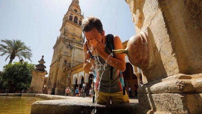 Ευρώπη-καύσωνας: Νέα θύματα, ρεκόρ ζέστης στη Γαλλία, φωτιά στην Καταλονία