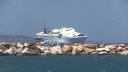 Το Paros Jet «δαμάζει» τα κύματα στο λιμάνι της Νάξου