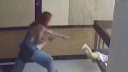 Άρπαξε το παιδί της πριν πέσει στο κενό (βίντεο)