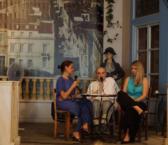 Η Αλεξάνδρα Χαριτάτου (δεξιά) σε ζωντανή συζήτηση με το Στέλιο Ράμφο αντί κεντρικής προεκλογικής ομιλίας. Συντόνισε η δημοσιογράφος, Ξένια Κουναλάκη (αριστερά).