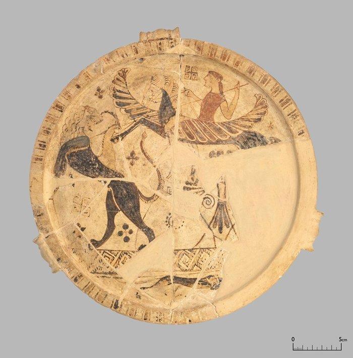 Πινάκιο με παράσταση Βελλερεφόντη & Χίμαιρας, Θάσος, μέσα 7ου αι. π.Χ.© ΥΠΠΟΑ Εφορεία Αρχαιοτήτων Καβάλας-Θάσου (φωτογράφος Ο. Κουράκης)