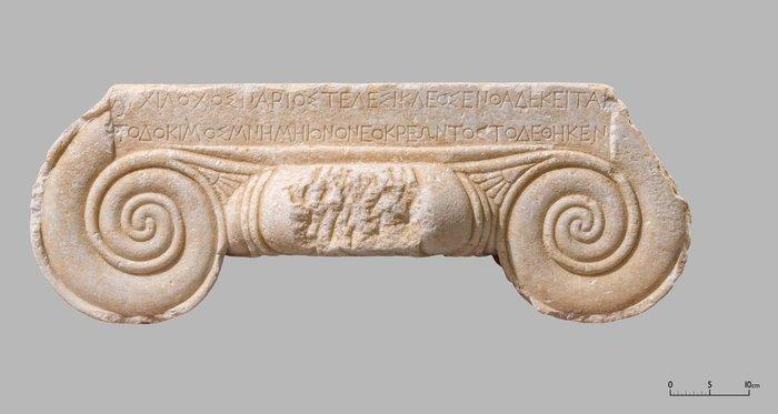 Ενεπίγραφο κιονόκρανο, Πάρος, 525-500 π.Χ.© ΥΠΠΟΑ Εφορεία Αρχαιοτήτων Κυκλάδων (φωτογράφος Ο. Κουράκης)