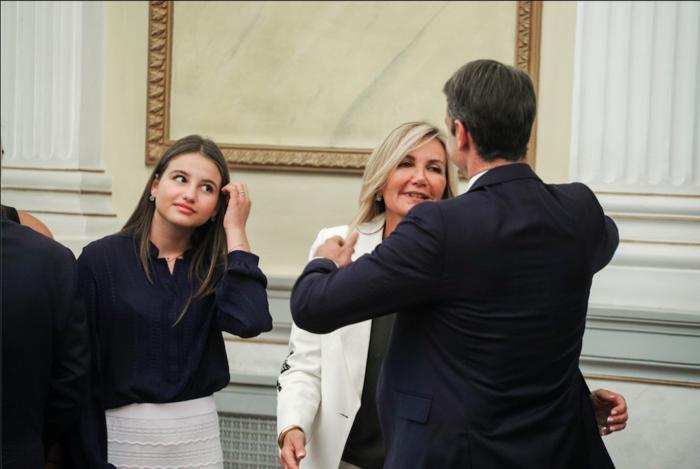 Η αγκαλιά του νέου πρωθυπουργού με την οικογένειά του στην ορκομωσία