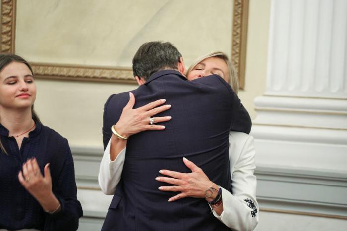 Η αγκαλιά του νέου πρωθυπουργού με την οικογένειά του στην ορκομωσία - εικόνα 2