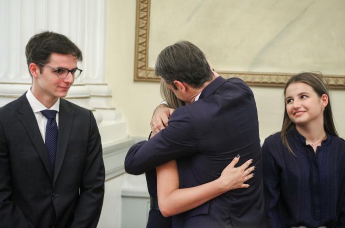 Η αγκαλιά του νέου πρωθυπουργού με την οικογένειά του στην ορκομωσία - εικόνα 3