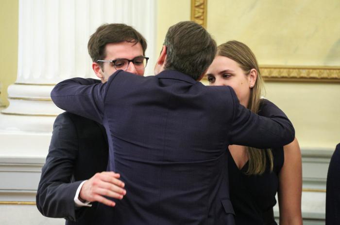 Η αγκαλιά του νέου πρωθυπουργού με την οικογένειά του στην ορκομωσία - εικόνα 4