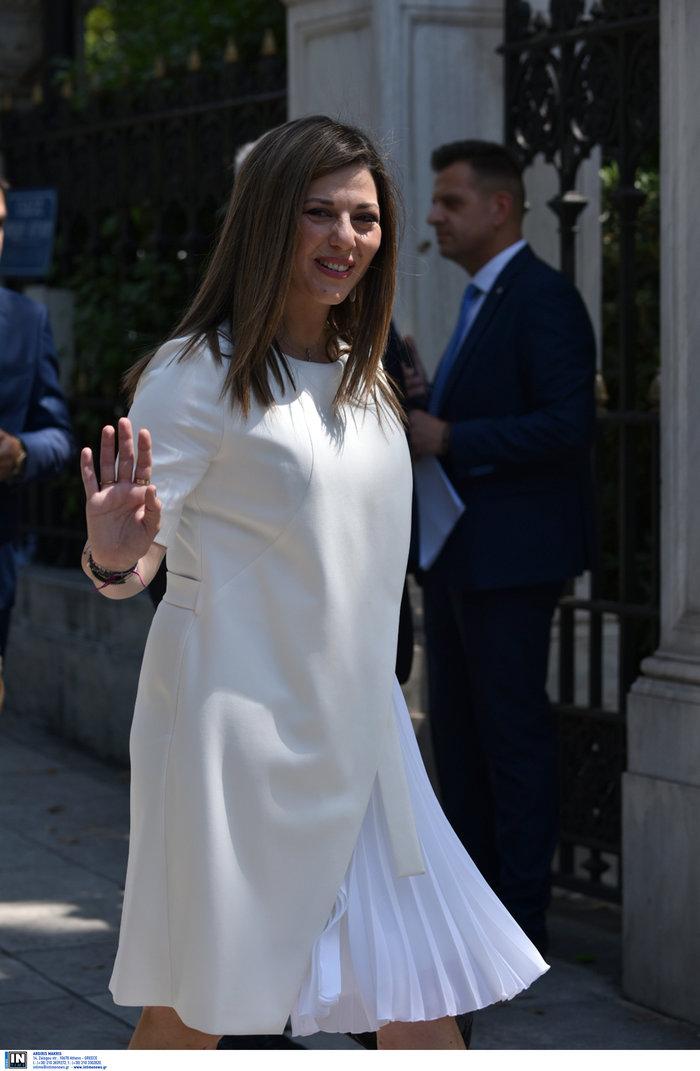 Η Σοφία Ζαχαράκη με ολόλευκο BOSS φόρεμα