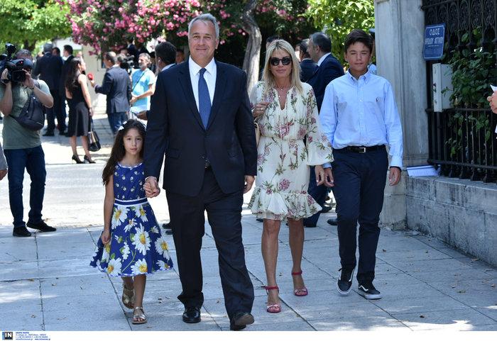 Ο Μάκης Βορίδης, κρατώντας την κόρη του Λέλα και τη σύζυγό του Δανάη Μιχελάκου-Βορίδη (φοράει Giambattista Valli) και τον γιο τους Τίτο